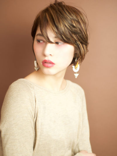 片耳をかけてスッキリ☆見せる、モードなクールショートヘア